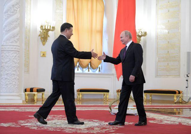 Przewodniczący ChRL XI Jinping i prezydent Rosji Władimir Putin na ceremonii oficjalnego spotkania na Kremlu