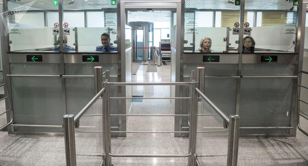 Kontrola graniczna w nowym sektorze E na lotnisku Domodiedowo