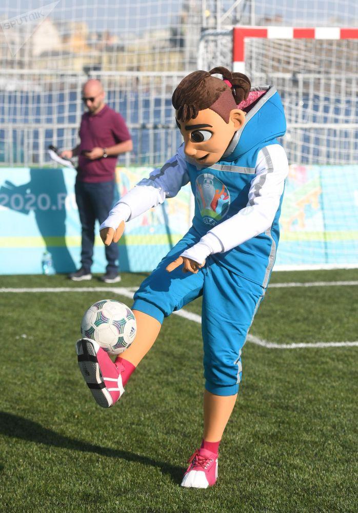 Oficjalna maskotka ME-2020, chłopiec Skillzy, podczas otwarcia parku piłkarskiego Euro-2020 na wyspie Zajęczej w pobliżu twierdzy Piotra i Pawła w Petersburgu z okazji 60. rocznicy Mistrzostw Europy w piłce nożnej.