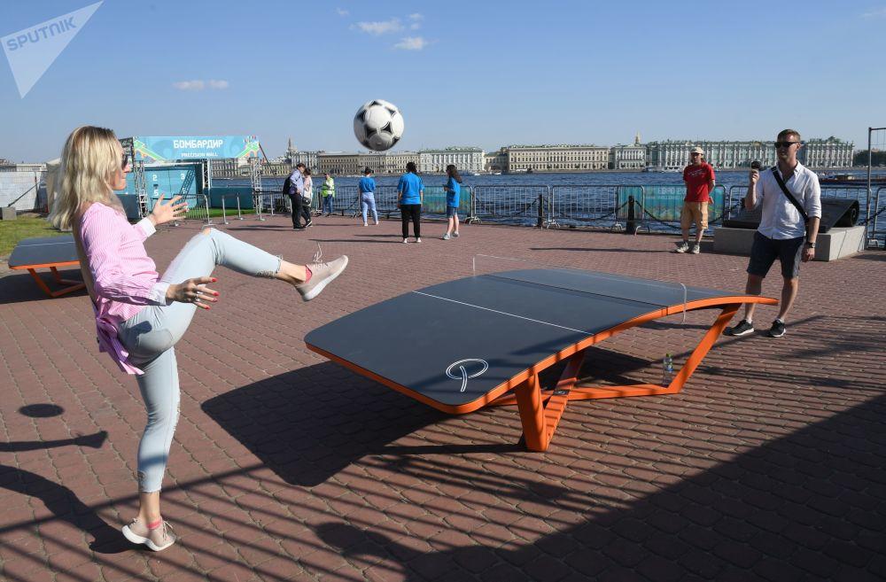 Odwiedzający grają w parku piłkarskim Euro-2020, otwartym na wyspie Zajęczej w pobliżu twierdzy Piotra i Pawła w Petersburgu z okazji 60. rocznicy Mistrzostw Europy w piłce nożnej.