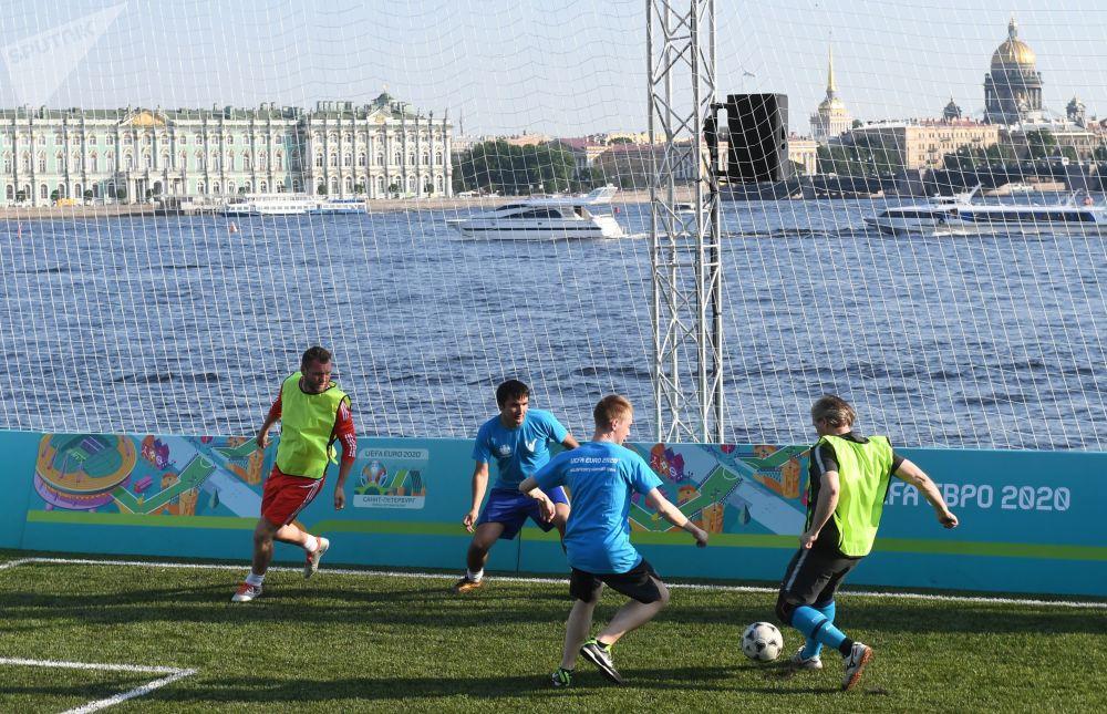 Odwiedzający grają w parku piłkarskim Euro-2020, otwartym w pobliżu twierdzy Piotra i Pawła w Petersburgu.