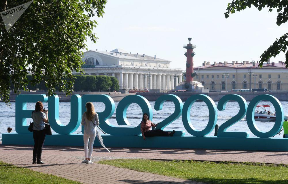 Odwiedzający fotografują się w parku piłkarskim Euro 2020, otwartym w pobliżu twierdzy Piotra i Pawła w Petersburgu.