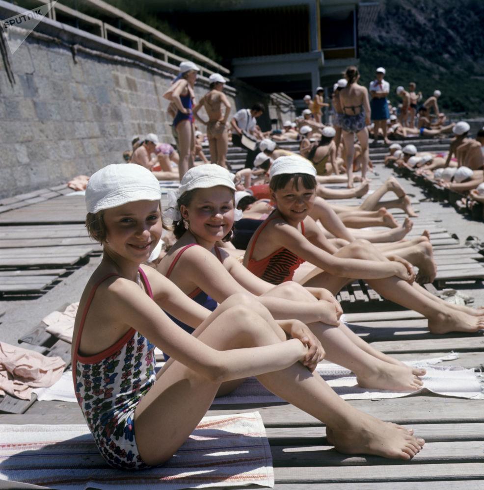 Dzieci na plaży w Arteku, 1973 rok