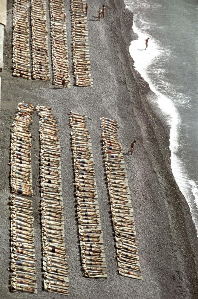 Dzieci na plaży w Arteku, 1963 rok