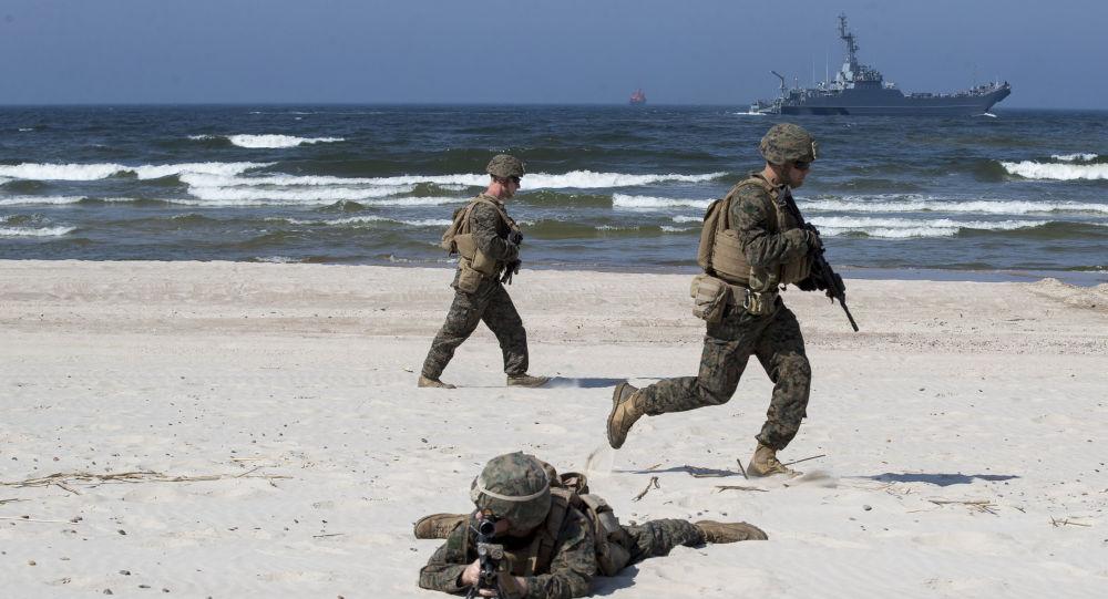Amerykańscy desantowcy podczas ćwiczeń Baltops na wybrzeżu Morza Bałtyckiego na Litwie. Zdjęcie archiwalne