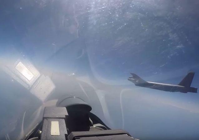 Strzał z wideo przechwycenia bombowca Sił Powietrznych USA przez rosyjski Su-27