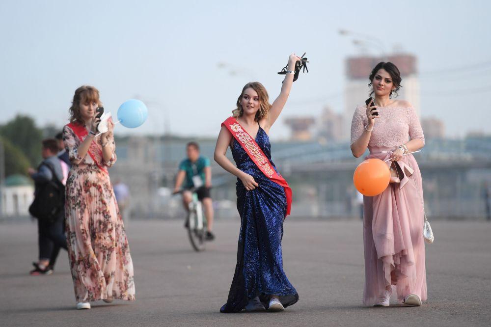 Absolwenci moskiewskich szkół w Parku Gorkiego w Moskwie, 2018 rok