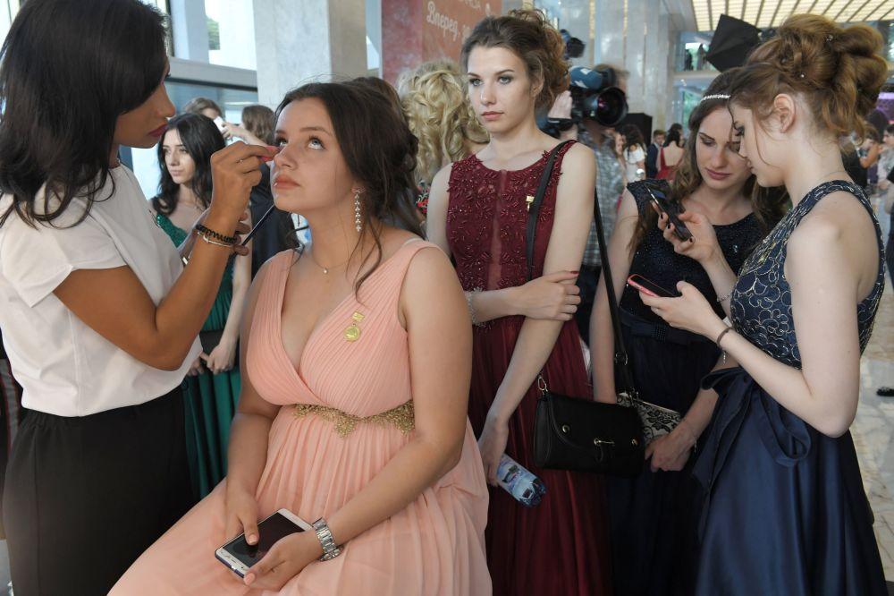 Wizażystka wykonuje klientce makijaż przed balem maturalnym, 2018 rok
