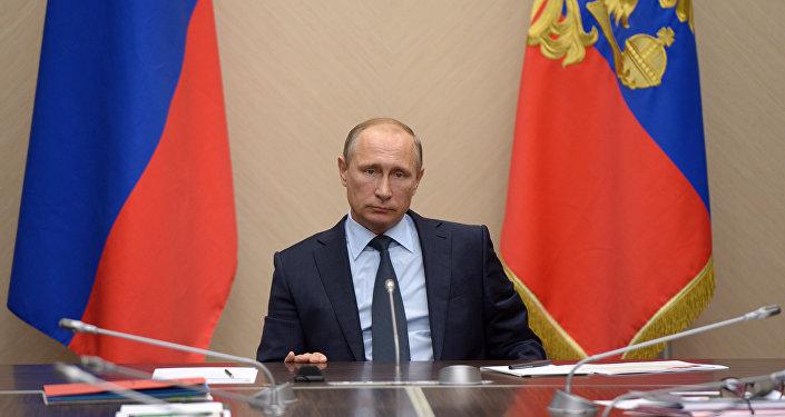 Prezydent Rosji Władimir Putin podczas narady poświęconej bużetowi w 2016 roku