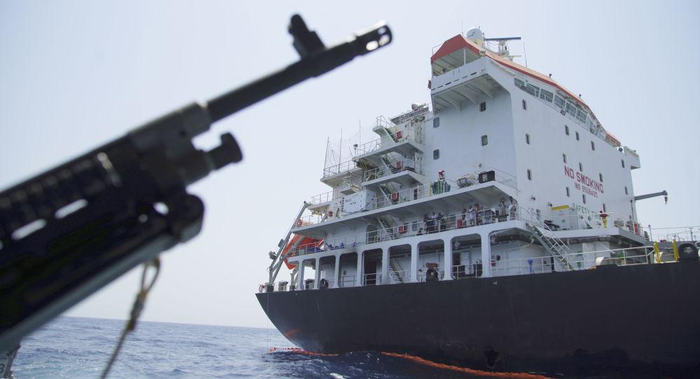 Marynarze na pokładzie uszkodzonego tankowca Kokuka Odważni w Zatoce Omańskiej