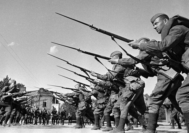 Szkolenie bojowników przed wysłaniem na front. Moskwa, sierpień 1941 roku