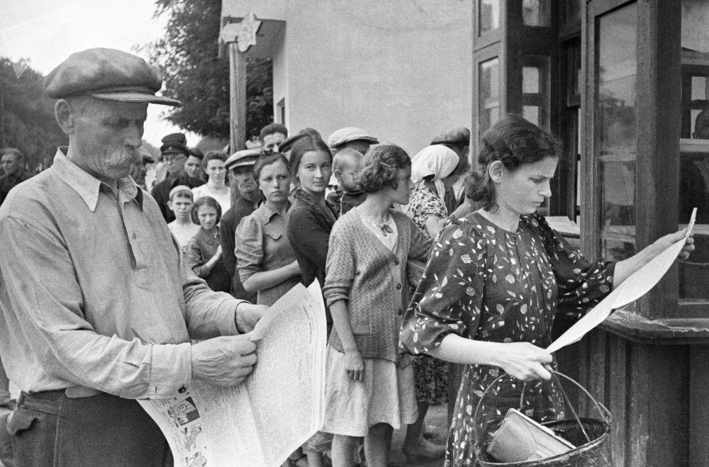 Mieszkańcy Odessy czytają świeżą prasę