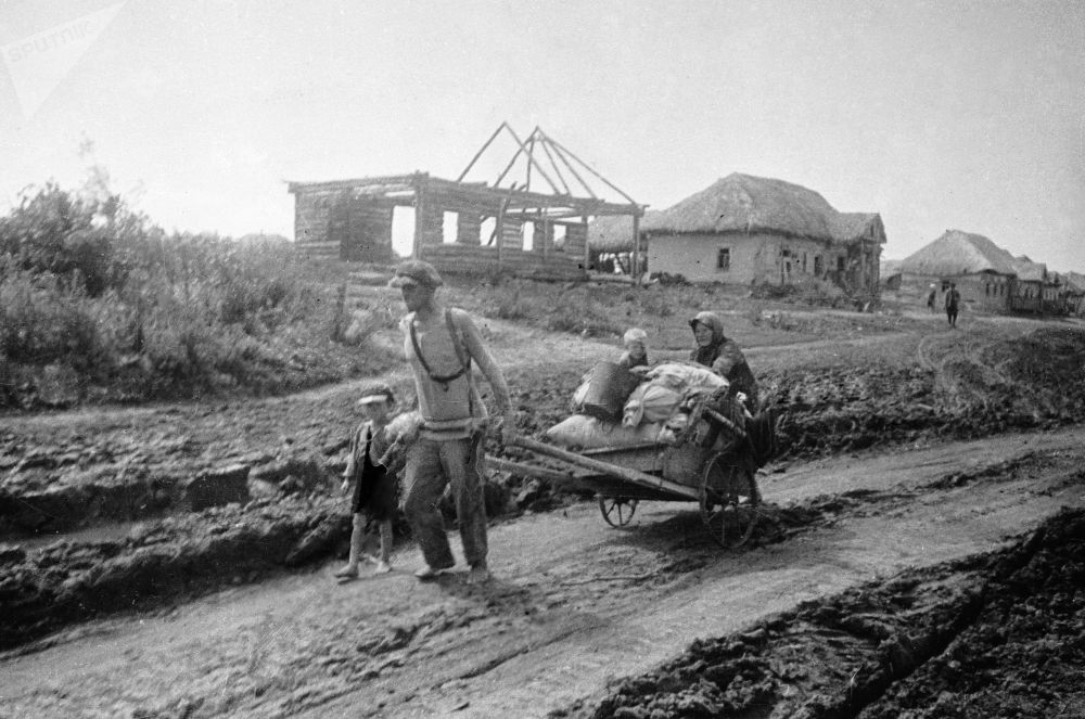 Ludzie zostawiają rodzinne wioski. Lipiec 1941 roku.