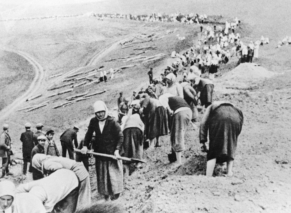 Kołchoźnicy budują linię obrony niedaleko frontu, czerwiec 1941 roku