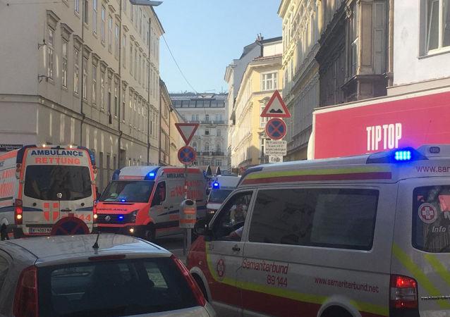 Karetki pogotowia na miejscu wybuchu w Wiedniu