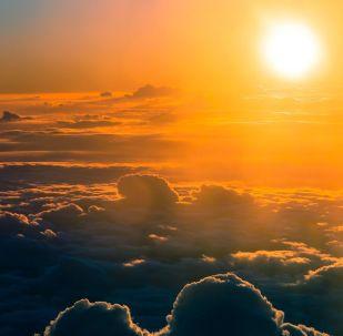 Chmury na niebie o zachodzie słońca