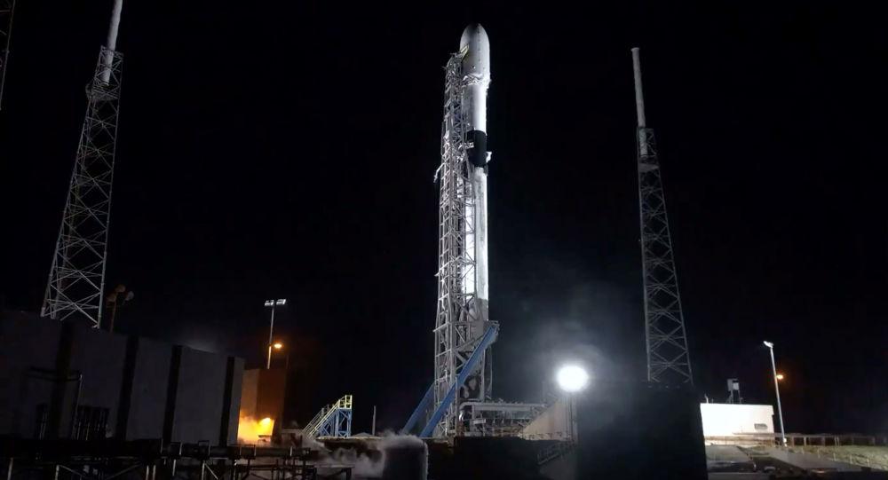 Rakieta nośna Falcon-9 firmy SpaceX z 60 satelitami
