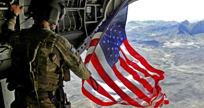 Amerykański żołnierz z flagą USA
