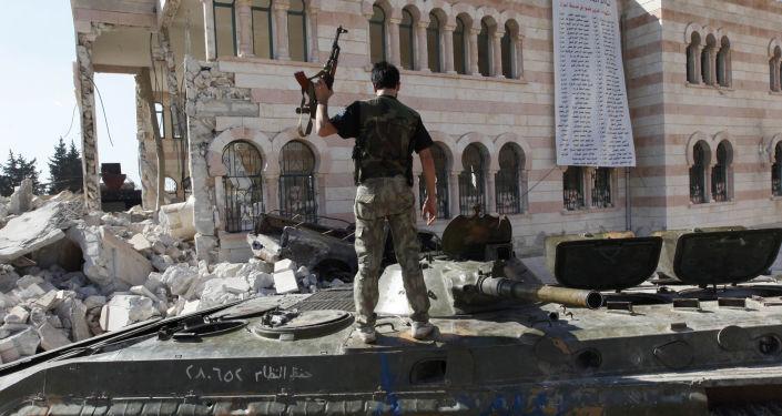 Żołnierz syryjskiej armii stoi na czołgu