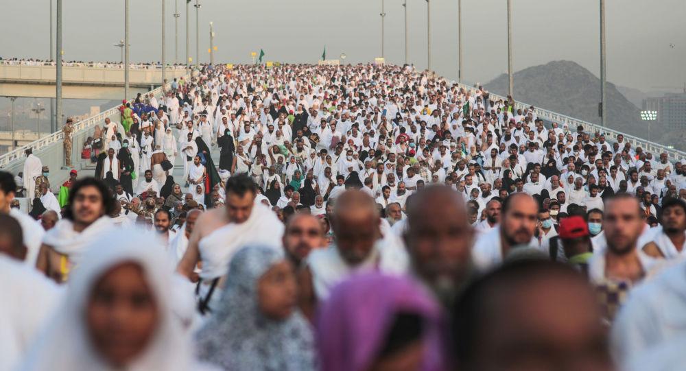 Setki tysięcy muzułmańskich pielgrzymów w dolinie Mina w pobliżu Mekki