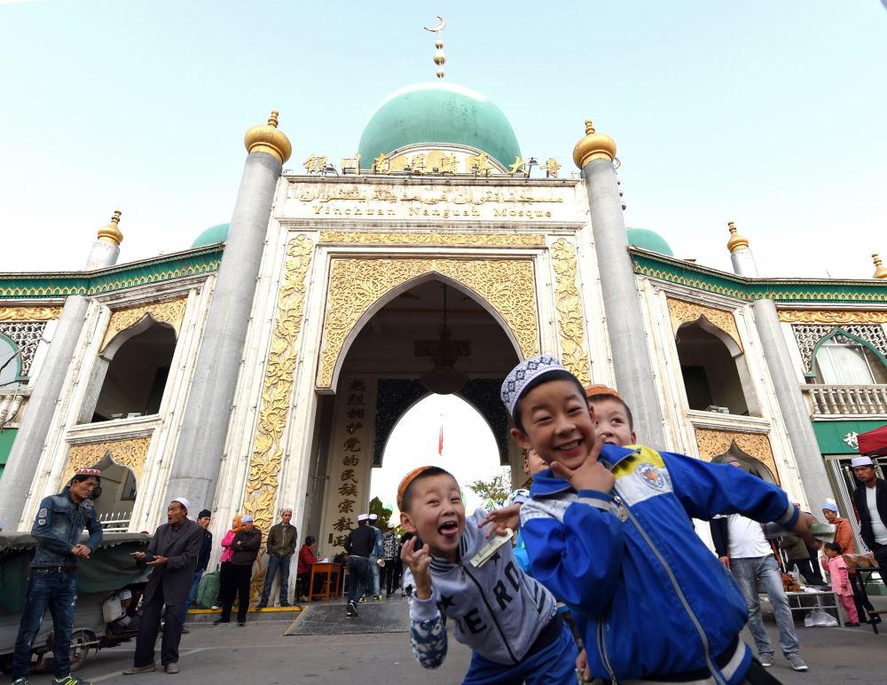 Chińskie muzułmańskie dzieci przy meczecie podczas obchodów Id al-Adha