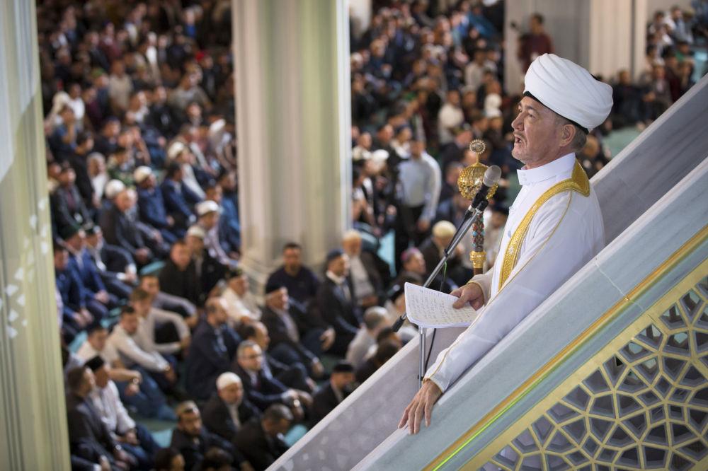 Przewodniczący Rady Muftich Rosji Rawil Gajnutdin podczas obchodów Id al-Adha w Moskiewskim Meczecie Katedralnym