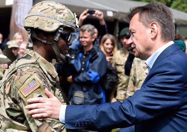 Szef MON Mariusz Błaszczak i amerykański żołnierz na pikniku w Giżycku