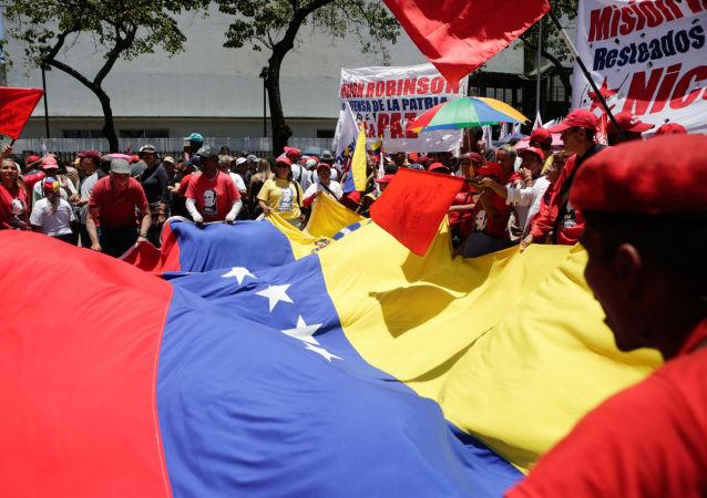 Uczestnicy wiecu wsparcia dla prezydenta Wenezueli Nicolasa Maduro w Caracas. Zdjęcie archiwalne