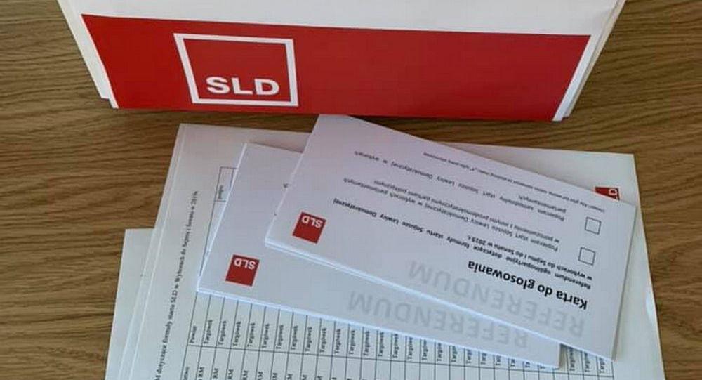 Urna do głosowania z logo partii Sojusz Lewicy Demokratycznej