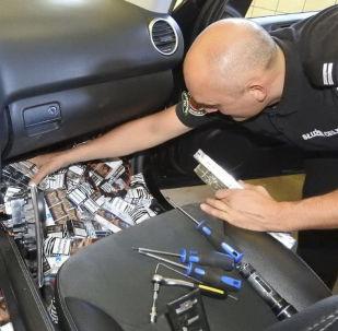 Polski celnik wyciąga papierosy ukryte w samochodzie mieszkańca Kaliningradu
