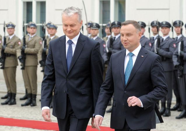 Prezydent Litwy Gitanas Nauseda i prezydent Polski Andrzej Duda