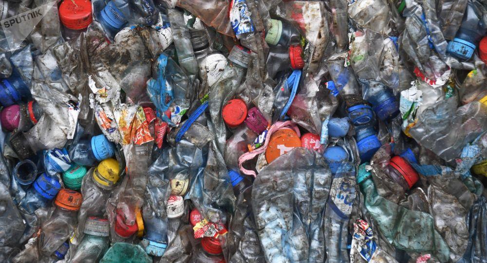 Plastikowe butelki. Zdjęcie archiwalne