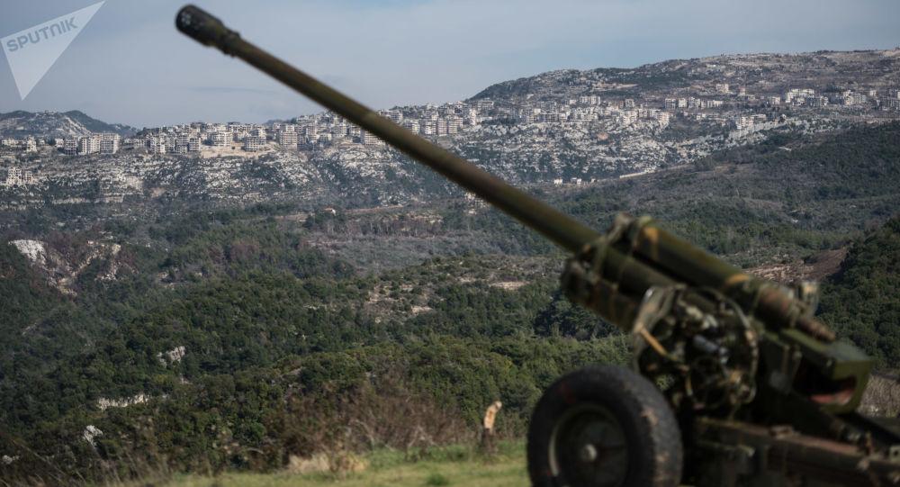 Syryjscy artylerzyści na stanowiskach w prowincji Idlib w północno-zachodniej Syrii. Archiwalne zdjęcie