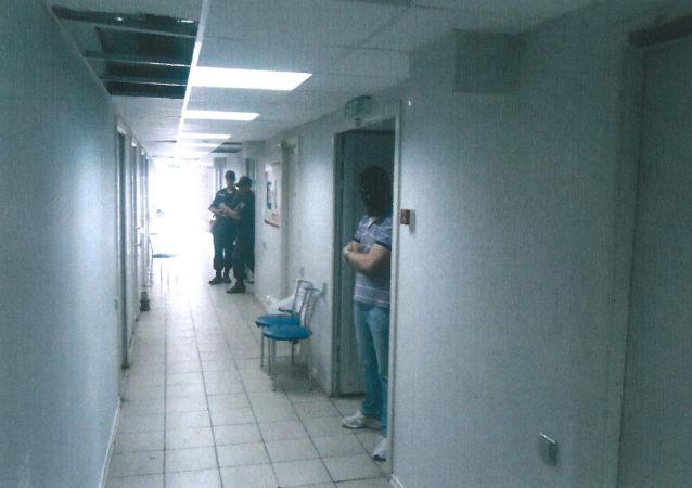 Korytarz więzienia na terenie lotniska w Mariupolu