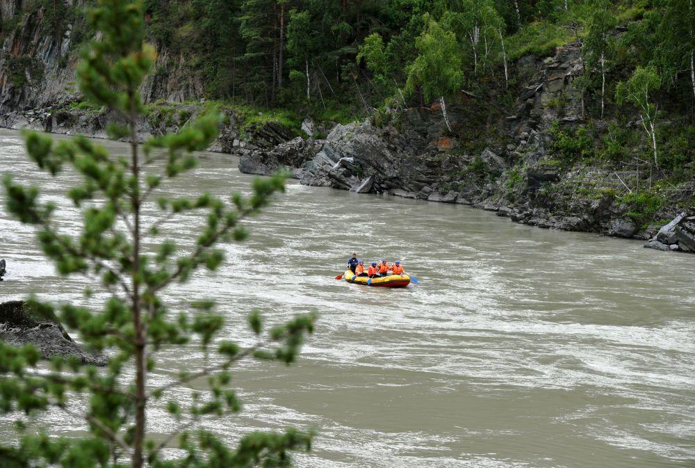 Turyści podczas spływu po rzece Katuń w Republice Ałtaju