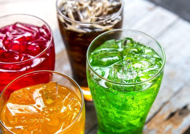 Napoje gazowane w szklankach