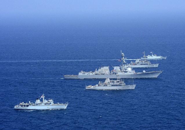 Okręty USA i Wielkiej Brytanii podczas manewrów w Zatoce Perskiej