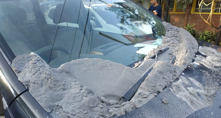 Popiół wulkaniczny osiadły na samochodzie w wyniku erupcji wulkanu na Jawie