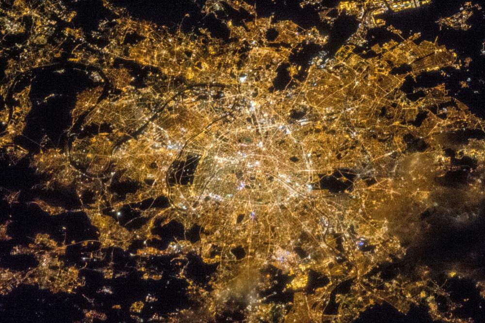 Nocny widok na Paryż z kosmosu