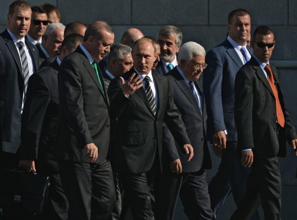 Prezydent Rosji Władimir Putin z liderami Turcji i Palestyny Recepem Tayyipem Erdoğanem i Mahmudem Abbasem podczas roczystej ceremonii otwarcia Moskiewskiego Meczetu Katedralnego