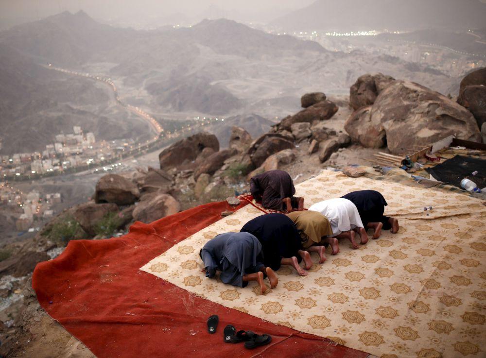 Muzułmańscy pielgrzymi modlą się na szczycie góry Tor w drodze do Mekki