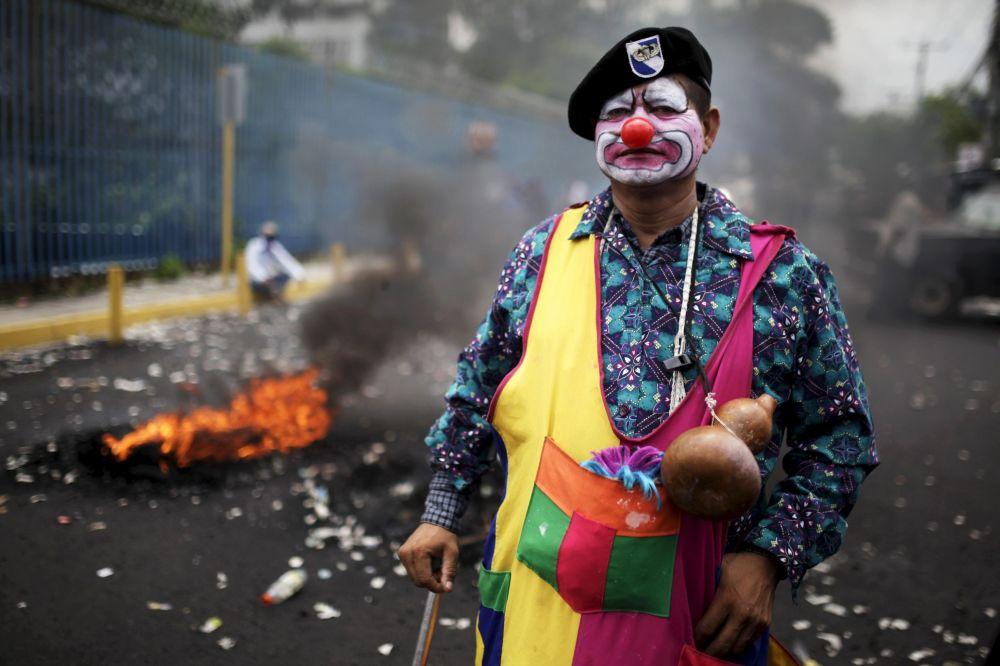Mężczyzna podczas akcji protestacyjnej w San Salvadorze
