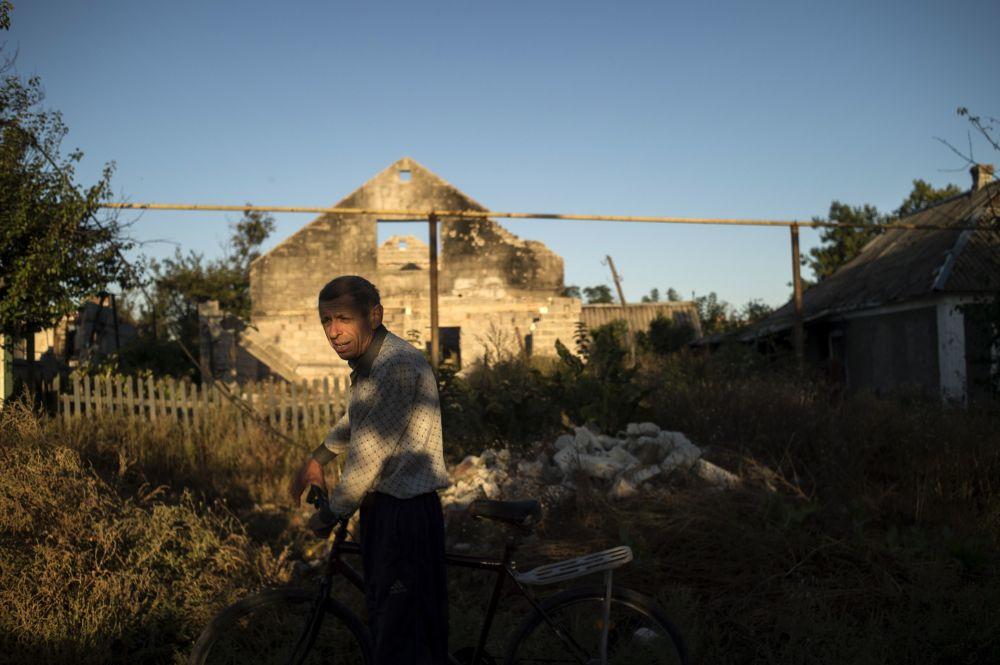 Mieszkaniec na jednej z ulic miejscowości Wiesiołoje w obwodzie donieckim