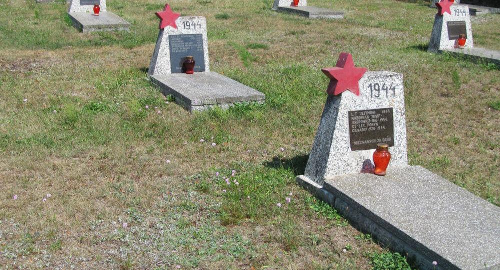 Zniszczony cmentarz radzieckich żołnierzy