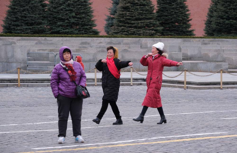 Chińscy turyści na Placu Czerwonym w Moskwie