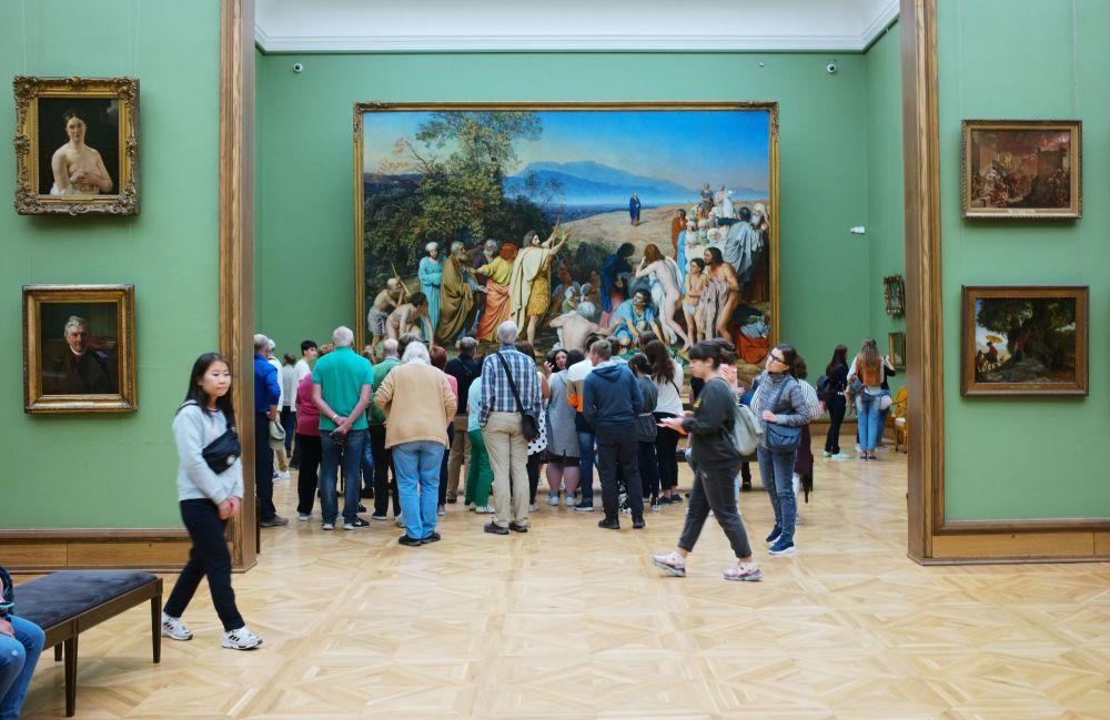Turyści w moskiewskiej Galerii Tretiakowskiej