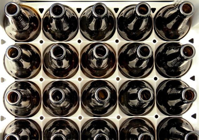 Skrzynka z pustymi butelkami po piwie