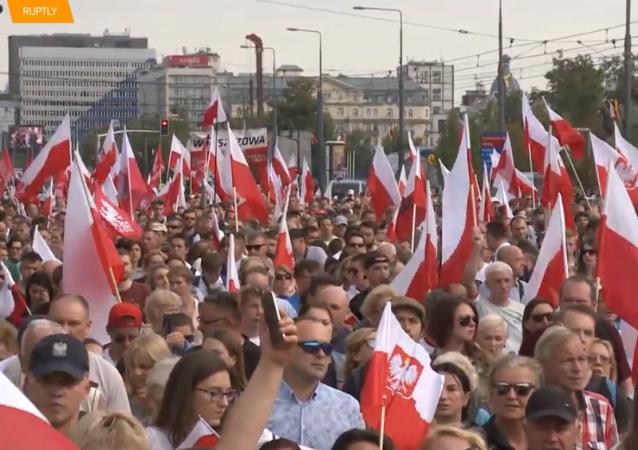 Prawicowi aktywiści maszerują z okazji 75 lat od powstania warszawskiego