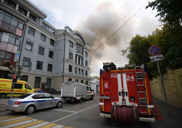 Gaszenie pożaru w budynku przemysłowym w centrum Moskwy