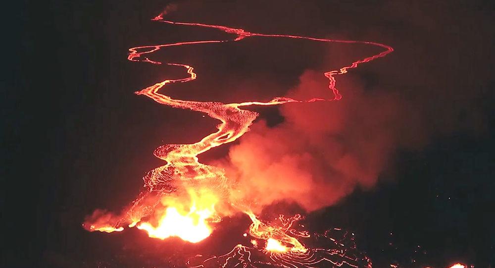 Bruzda ognia w czasie erupcji wulkanu Kilauea na Hawajach